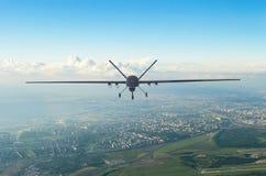 Беспилотное военное летание uav трутня в воздухе над городом в утре стоковые изображения rf
