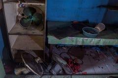 Беспорядок и сломленные вентиляторы в покинутое сгоренный вниз с дома стоковая фотография