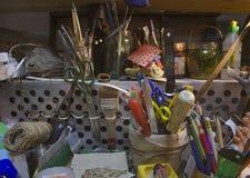 Беспорядок в студии ` s художника, акварель красит, щетки и эскизы, палитра и инструменты картины Стоковая Фотография