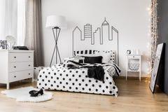 Беспорядок утра в спальне женщины Стоковые Фотографии RF