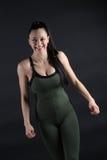 Беспристрастная съемка смеяться над женского фитнеса модельный Стоковая Фотография