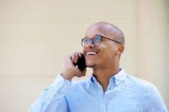 Беспристрастный портрет африканского бизнесмена говоря на мобильном телефоне Стоковые Фото