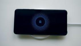 Беспроводное устройство поручает мобильный телефон Беспроводной заряжатель телефона сток-видео