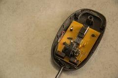 Беспроволочная мышь компьютера разбирает стоковая фотография