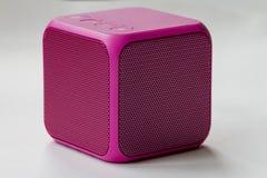 Беспроволочный портативный розовый куб диктора Стоковое Изображение