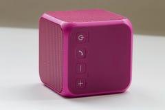 Беспроволочный портативный розовый куб диктора Стоковая Фотография