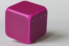 Беспроволочный портативный розовый куб диктора Стоковая Фотография RF