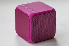 Беспроволочный портативный розовый куб диктора Стоковое Изображение RF