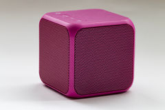 Беспроволочный портативный розовый куб диктора Стоковое фото RF