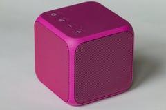 Беспроволочный портативный розовый куб диктора Стоковые Изображения RF