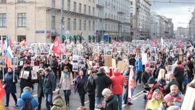 Бессмертное шествие полка в дне победы - тысячах людей маршируя к красной площади и Кремлю сток-видео