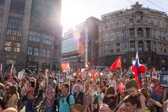 Бессмертное шествие полка в дне победы - тысячах людей маршируя вдоль улицы Tverskaya к красной площади с флагами Стоковая Фотография