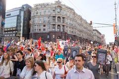 Бессмертное шествие полка в дне победы - тысячах людей маршируя вдоль улицы Tverskaya к красной площади с флагами Стоковые Фото