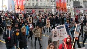 Бессмертное шествие полка в дне победы - тысячах людей маршируя вдоль улицы Tverskaya к красной площади сток-видео