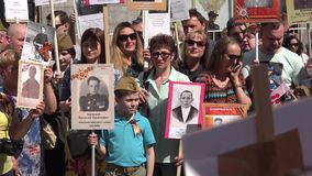 Бессмертный марш полка в дне победы на девятое -го май Марты для того чтобы чествовать участников Второй Мировой Войны сток-видео