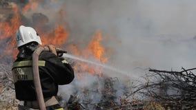 Бесстрашное спасение аварийной ситуации тушит огонь внутри видеоматериал
