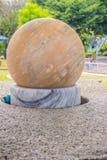 Бесфрикционный мраморный шарик, каменный фонтан шарика или плавая сфера Стоковое Фото