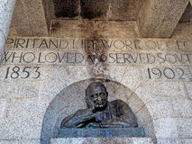 Бесчинствованный бронзовый бюст c j Родоса на мемориале Родоса в Кейптауне, Южной Африке стоковые фотографии rf