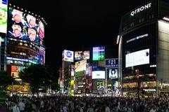 Бесчисленные люди на скрещивании Shibuya в вечере Стоковое фото RF