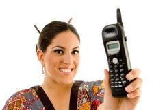 бесшнуровой телефон показывая детенышей женщины Стоковые Фотографии RF