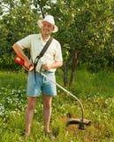 бесшнуровые работы триммера человека травы Стоковое фото RF