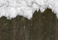 Бетонная стена покрытая с снегом стоковая фотография