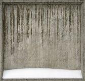 Бетонная стена покрытая с снегом стоковые фотографии rf