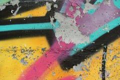 Бетонная стена с граффити шелушения Стоковое Фото