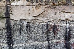 Бетонная стена с трассировками ремонта и пятнами mastic битума абстрактная предпосылка стоковое фото rf