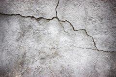 Бетонная стена текстуры серая трескает поверхность цемента как предпосылка Стоковые Фотографии RF