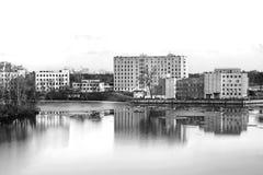 Бетонное здание в минималистичном стиле, около воды, день, внешний Стоковое Фото