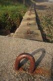 Бетонные плиты с крюками металла на пляже Стоковое Изображение