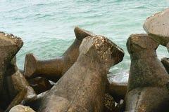 Бетонные плиты используемые для того чтобы защитить пляжи/прибрежную линию от воды выветриваясь - взморье Румынии - Чёрное море Стоковые Изображения
