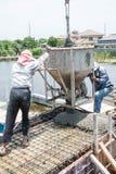 Бетонные работы работника лить на строительной площадке Стоковое Изображение RF