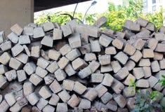 Бетон и дерево слипера железной дороги стоковые изображения