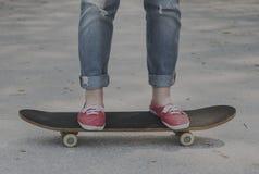 Бетон скейтборда наслаждается концепцией игры тренировки джинсов Стоковые Изображения