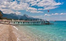 Бечевник и вид на море в Kemer, Турции. Стоковая Фотография RF