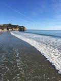 Бечевник пляжа под голубым небом стоковые изображения