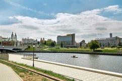 Беларусь Живописные дома Минска на реке Svisloch 21-ое мая 2017 Стоковая Фотография