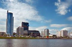 Беларусь Живописные дома Минска на реке Svisloch 21-ое мая 2017 Стоковые Изображения RF