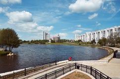 Беларусь Живописные дома Минска на реке Svisloch 21-ое мая 2017 Стоковое фото RF