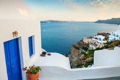 Белая архитектура в деревне Oia santorini острова холма Греции зданий Стоковые Фото