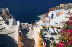 Белая архитектура деревни Oia на острове Santorini, Греции стоковая фотография