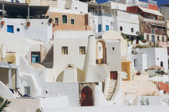 Белая архитектура деревни Oia на острове Santorini, Греции стоковые изображения