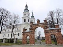 Белая базилика и красный строб, Литва Стоковая Фотография