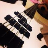 Белая басовая гитара Стоковая Фотография RF