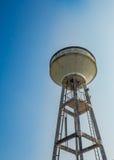 Белая башня цистерны с водой (резервуар воды), Таиланд стоковое изображение rf