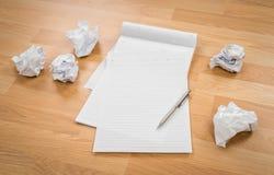 Белая бумага блокнота с карандашем и скомканная бумага на деревянном Стоковые Изображения