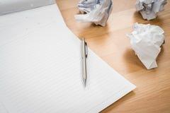 Белая бумага блокнота с карандашем и скомканная бумага на деревянном Стоковое Фото