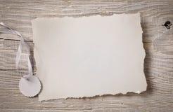 Белая бумага искусства на деревянной предпосылке Стоковые Изображения RF